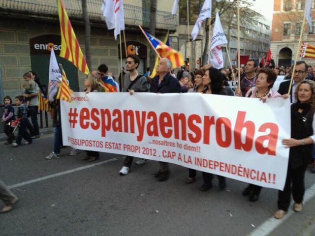 la-pancarta-espana-nos-roba-y-los-partidarios-d-ela-independencia-de-cataluna